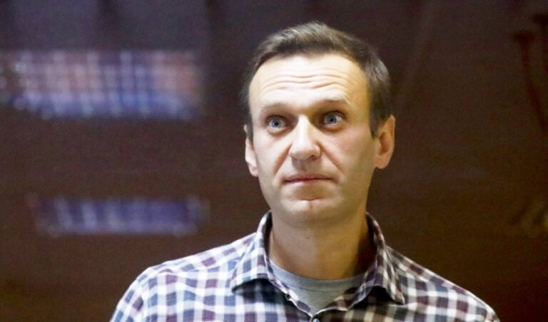 Kremlin critic Navalny could 'die any minute': doctors